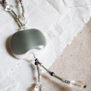 Icy silver üveg nyaklánc, Ékszer, Nyaklánc, Táska, Divat & Szépség, Ékszerkészítés, Üvegművészet, Telt fehér és áttetsző szürke üvegekből olvasztottam a medált, melyet színben harmonizáló, üveggyöng..., Meska