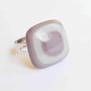 Lila-szürke üveg gyűrű, Ékszer, Gyűrű, Ékszerkészítés, Üvegművészet, Lila és szürke színű üvegekből készült gyűrű. \nKemencében, fusing technikával készült ékszer.\n\nMéret..., Meska