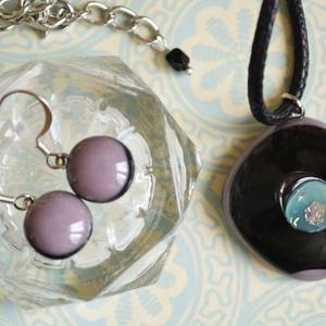Talizmán nyaklánc és fülbevaló üvegékszer szett, Ékszer, Ékszerszett, Táska, Divat & Szépség, Ékszerkészítés, Üvegművészet, Fekete és halvány lila üvegből készült a medál, egy leheletnyi türkizzel és dichroic magic üveggel.\n..., Meska