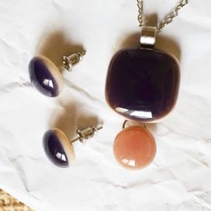 Dupla üvegékszer szett - Lila és sápadt rózsaszín, Ékszer, Ékszerszett, Táska, Divat & Szépség, Ékszerkészítés, Üvegművészet, Nyakláncból és fülbevalóból áll a szett.\nA medál két részből áll, alapja bézs színű üveg, melyre átt..., Meska