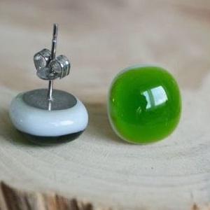 Fehér-lombzöld üveg fülbevaló, Pötty fülbevaló, Fülbevaló, Ékszer, Ékszerkészítés, Üvegművészet, Áttetsző zöld és telt fehér üvegből készült, kemencében olvasztott fülbevaló.\n\nAz üveg mérete: cca. ..., Meska