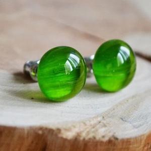 Zöld üveggolyó bedugós üveg fülbevaló, Ékszer, Fülbevaló, Táska, Divat & Szépség, Ékszerkészítés, Üvegművészet, Áttetsző, enyhén csíkozott zöld üvegdarabokból áll a fülbevaló, melyeket aprólékos munkával illeszte..., Meska