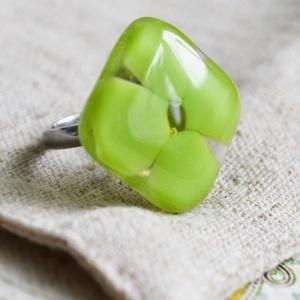 Négylevelű lóhere üveg gyűrű, Ékszer, Gyűrű, Ékszerkészítés, Üvegművészet, Élénk zöld üvegből készült négylevelű lóherét mintázó gyűrű.\nFusing technikával, kemencében olvaszto..., Meska