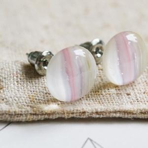 Rózsaszín-bézs üveggolyó - bedugós üveg fülbevaló, Pötty fülbevaló, Fülbevaló, Ékszer, Ékszerkészítés, Üvegművészet, Halványrózsaszín és bézs színű üvegdarabokból áll a fülbevaló, melyeket aprólékos munkával illesztet..., Meska