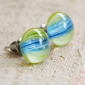 Kék-fűzöld üveggolyó - bedugós üveg fülbevaló, Ékszer, Fülbevaló, Táska, Divat & Szépség, Ékszerkészítés, Üvegművészet, Fűzöld és világoskék, csíkozott üvegdarabokból áll a fülbevaló, melyeket aprólékos munkával illeszte..., Meska