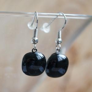 Fekete akasztós üveg fülbevaló, Lógós fülbevaló, Fülbevaló, Ékszer, Ékszerkészítés, Üvegművészet, Telt fekete üvegből készült lógós fülbevaló.\n\nAz üveg mérete: 1 cm.\nA teljes fülbevaló hossza: 3 cm...., Meska