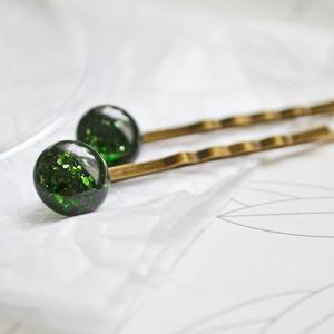 Zöld konfetti üveg hajcsatok, Táska, Divat & Szépség, Ruha, divat, Hajbavaló, Hajcsat, Gyerek & játék, Ékszerkészítés, Üvegművészet, Zöld csillámos üvegekből készült hajcsatok.\n\nAz üvegek mérete: 1 cm. \nA hajcsat alapok bronz színűek..., Meska