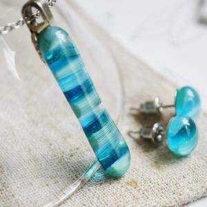Kék üveggolyó nyaklánc és fülbevaló - üvegékszer szett, Ékszerszett, Ékszer, Ékszerkészítés, Üvegművészet, Nyakláncból és fülbevalóból áll a szett, melyhez különböző árnyalatú kék színű, apró üvegdarabkákat ..., Meska