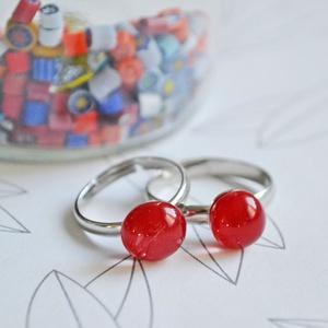 Piros anya-lánya gyűrűszett, Szoliter gyűrű, Gyűrű, Ékszer, Ékszerkészítés, Üvegművészet, Telt, élénk piros üvegből készült anya-lánya gyűrű páros.\n\nA gyerekgyűrű átmérője 16 mm.\nA gyűrűalap..., Meska