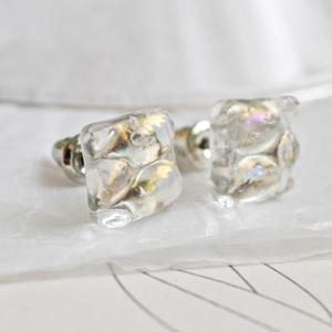 Áttetsző szivárványos kocka - stiftes üveg fülbevaló, Pötty fülbevaló, Fülbevaló, Ékszer, Ékszerkészítés, Üvegművészet, Áttetsző, egyenetlen felületű, szivárványosan irizáló négyzet alakú fülbevaló.\n\nAz üveg mérete: 1 cm..., Meska