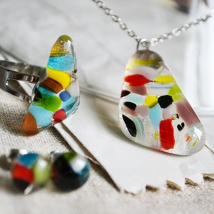 Törmelékes nyaklánc, gyűrű és stiftes fülbevaló - üvegékszer szett, Ékszerszett, Ékszer, Ékszerkészítés, Üvegművészet, Sok-sok apró üvegtörmelékből áll a szett, mely nyakláncból, gyűrűből és stiftes fülbevalóból áll.\n\nA..., Meska