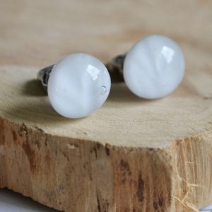 Fehér stiftes üveg fülbevaló, Ékszer, Fülbevaló, Pötty fülbevaló, Telt fehér üvegből készült, anyagában mintás stiftes fülbevaló.  Az üveg mérete: ~1,2 cm. A felhaszn..., Meska