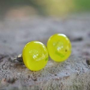 Citromsárga mintás, stiftes üveg fülbevaló, Ékszer, Fülbevaló, Pötty fülbevaló, Citromsárga mintás üvegből készült, kemencében olvasztott stiftes fülbevaló.  Az üveg mérete: 1,1 cm..., Meska