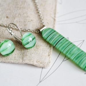 Zöld üveggolyó nyaklánc és franciakapcsos fülbevaló - üvegékszer szett, Ékszer, Ékszerszett, Ékszerkészítés, Üvegművészet, Különböző árnyalatú zöld csíkos üvegdarabokból készült a szett, mely nyakláncból és franciakapcsos f..., Meska