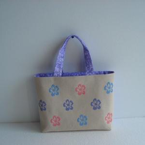 Virágos táska, Shopper, textiltáska, szatyor, Bevásárlás & Shopper táska, Táska & Tok, Varrás, Hímzés,  Virágos táskával a virágos tavaszban :)\n\nTáska elején a virágok keresztszemes hímzéssel készültek.\n..., Meska