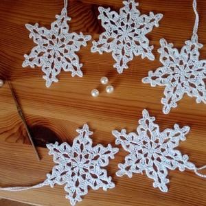 Horgolt hópihe szett, Otthon & Lakás, Karácsony & Mikulás, Karácsonyi dekoráció, Horgolás, Fehér horgolt hópelyhek.\nA csomagban 20 db hópihe van.\n A méretük 10 cm.\nNagyon szép dísze lehet a k..., Meska