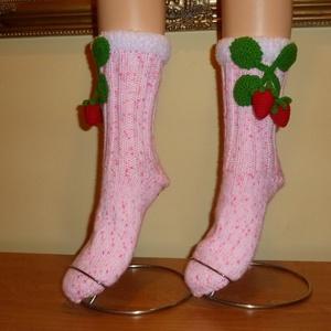 Szamóca turmix zokni, Táska, Divat & Szépség, Női ruha, Ruha, divat, Kötés, Horgolás, Vidám női zokni, szamóca dekorációval.\nMéret: 36-37\nBármilyen méretben el tudom készíteni, vastagabb..., Meska
