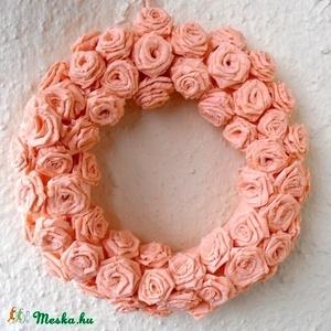 Barack színű rózsa ajtódísz, koszorú - 20cm, Otthon & Lakás, Ajtódísz & Kopogtató, Dekoráció, Különleges ajtódísz kb. 100 db egyedileg megformált gyönyörű papírrózsával. A képen látható már elke..., Meska