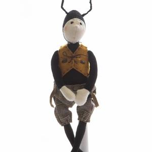 Hangyajelmezes manó - textiljáték, Dekoráció, Otthon & lakás, Gyerek & játék, Játék, Játékfigura, Baba-és bábkészítés, Varrás, Kb 40 cm, gyapjúfilcből készült figura. Tömőanyaga poliészter, a ruhája pamut, pamutvászon, pamutfon..., Meska