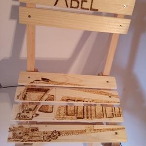 Ábel vonatos kisszéke, Gyerek & játék, Otthon & lakás, Bútor, Szék, fotel, Famegmunkálás, Gravírozás, pirográfia, Ábel vonatos kisszéke egy kedves megrendelőnek készült.Pirográf technikával dekorált 24 cm × 29 cm é..., Meska