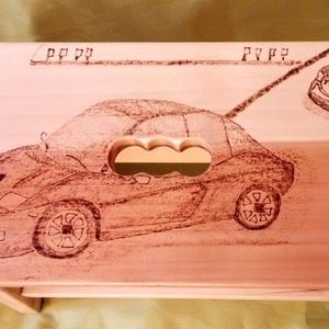 Autó versenyzős sámli, Gyerek & játék, Gyerekszoba, Gyerekbútor, Otthon & lakás, Bútor, Szék, fotel, Gravírozás, pirográfia, Autó versenyzős sámli egy egyedi dekoratív fa gyerek sámli a kis autós rajongóknak. Pirográf technik..., Meska