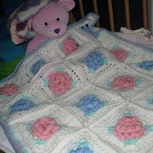 Tavirózsás babatakaró, Gyerek & játék, Gyerekszoba, Falvédő, takaró, Horgolás, Különleges rózsás mintát találtam, ebből horgoltam ezt a szép babatakarót.\n\nAnyaga 100% bababarát ak..., Meska