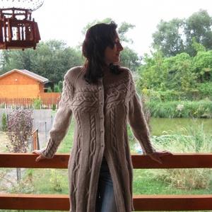 Gyönyörű különleges kabát, Táska, Divat & Szépség, Ruha, divat, Női ruha, Kabát, Póló, felsőrész, Kötés, Horgolás, 51% gyapjú, és 49% műszálból készült ez az érdekes vállmegoldású csavart mintás kabát.S méretre jó, ..., Meska