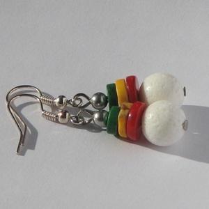 Kis színes fülbevaló, Ékszer, Fülbevaló, Ékszerkészítés, Fehér korallból és színes korongokból (zöld és sárga türkinit, piros korall) készült fülbevaló. Nikk..., Meska