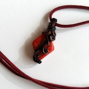 Vörös és fekete..., Ékszer, Esküvő, Medál, Esküvői ékszer, Táska, Divat & Szépség, Ékszerkészítés, Fémmegmunkálás, Rombusz alakú Korall ásványt díszítettem rézdróttal, a drót indaszerűen, szabálytalanul csavarodik. ..., Meska