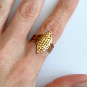Csúcsos, Ékszer, Gyűrű, Esküvő, Esküvői ékszer, Táska, Divat & Szépség, Ékszerkészítés, Ötvös, Maratott sárgaréz gyűrű 1mm-es lemezből pontozott mintával. Formája miatt nyújtja az ujjat. Picit sz..., Meska