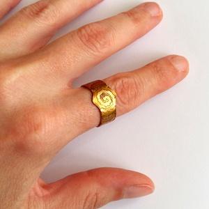 Állítható maratott sárgaréz gyűrű absztrakt mintával, Ékszer, Gyűrű, Esküvő, Esküvői ékszer, Táska, Divat & Szépség, Ötvös, Ékszerkészítés, Szeretem a sárgaréz színét, az aranyat juttatja eszembe...\nKülönlegessége a pontozott, kacskaringós ..., Meska