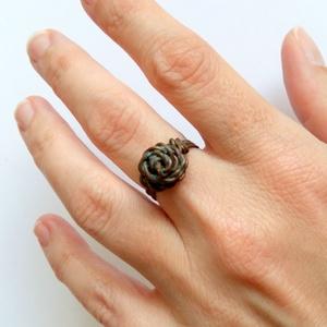 Antikolt rózsa - rézdrót gyűrű, Gyűrű, Ékszer, Figurális gyűrű, Ékszerkészítés, Fémmegmunkálás, Rézdrót gyűrű egy darab rézszálból tekergetve. Rózsa formát alakítottam ki belőle, kalapáltam, resze..., Meska