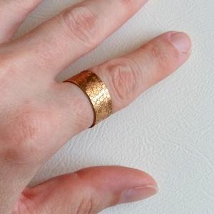 Sárkánybőr, Ékszer, Gyűrű, Esküvő, Esküvői ékszer, Táska, Divat & Szépség, Ékszerkészítés, Ötvös, Sárgaréz lemezből alakítottam ki ezt a maratott gyűrűt. Hátul nincs összeforrasztva, egy picit szét ..., Meska