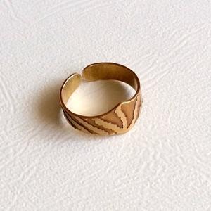 Kibontakozás, Ékszer, Gyűrű, Esküvő, Esküvői ékszer, Ékszerkészítés, Ötvös, Sárgaréz maratott gyűrű felfelé és oldalirányban kibontakozó mintával. Maratás után fűrészeltem, csi..., Meska