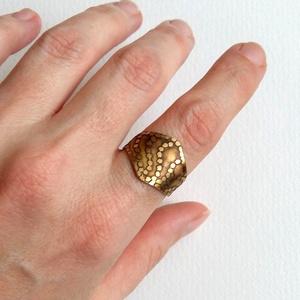 Aranyló hullámok..., Figurális gyűrű, Gyűrű, Ékszer, Kerek gyűrű, Statement gyűrű, Ékszerkészítés, Ötvös, Maratott, hajlított, csiszolt gyűrű sárgarézből, pontozott hullám mintával, most ez jött...\nHátul ni..., Meska