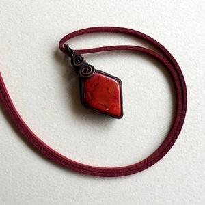 Izzó vörös, Ékszer, Nyaklánc, Medálos nyaklánc, Ékszerkészítés, Ötvös, Rombusz alakú Korall ásványt foglaltam rézbe, az eljárások sokféle színt hoztak létre, nem homogén a..., Meska