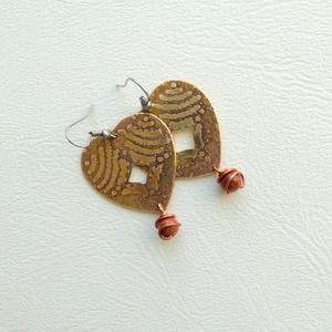 Szívek útja, Ékszer, Fülbevaló, Lógós fülbevaló, Ékszerkészítés, Ötvös, Maratott sárgaréz fülbevaló, vörösréz dróttal és Goldfluss ásvánnyal díszítve.\n A kő hatása: erősíti..., Meska