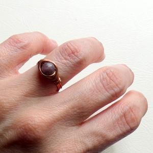 Lilaság - Lepidolit és réz, Ékszer, Gyűrű, Fonódó gyűrű, Ékszerkészítés, Fémmegmunkálás, Tekergetett rézdrót gyűrű, Lepidolit ásvánnyal díszítettem.\nA kő enyhíti az ízületi fájdalmakat, óv ..., Meska