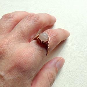 Érzékek útján, Ékszer, Gyűrű, Gyöngyös gyűrű, Ékszerkészítés, Fémmegmunkálás, Tekergetett rézdrót gyűrű, Rózsakvarccal díszítettem.\nA kő aktiválja a női energiákat, fokozza az ér..., Meska
