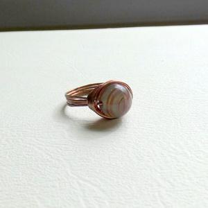Szürke árnyalatok, Ékszer, Gyűrű, Gyöngyös gyűrű, Ékszerkészítés, Fémmegmunkálás, Tekergetett rézdrót gyűrű 10mm-es műgyanta gyönggyel díszítve. A szürke árnyalatai között vörös csík..., Meska
