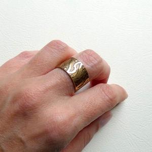 Hullámzás - sárgaréz gyűrű, Ékszer, Gyűrű, Figurális gyűrű, Fémmegmunkálás, Ötvös, Unisex sárgaréz gyűrű, a hullámminta maratással jött létre, magát a mintát az ókor óta előszeretette..., Meska