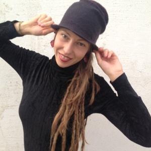 Rózsa kalap , Ruha, divat, cipő, Baba-mama-gyerek, Kendő, sál, sapka, kesztyű, Nemezelés, Ausztrál merinói gyapjúból nemezelt rózsa formájú kalap. Igazi nőies darab. A sapka mérete: 57-59  , Meska