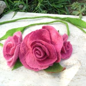 Rózsaszin Nemez rózsa hajpánt, Rózsa füzér nyaklánc, Dekoráció, Otthon & lakás, Ékszer, Kitűző, bross, Nyaklánc, Nemezelés, Varrás, Merinói gyapjuból nemezelt természetes rózsák füzére.\nHordható hajpántként, nyakláncként, ruhára, tá..., Meska