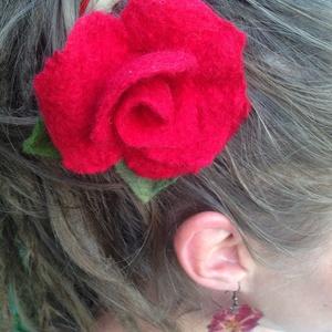 Nemez rózsa  hajcsat, Dekoráció, Otthon & lakás, Ékszer, Kitűző, bross, Nyaklánc, Nemezelés, Varrás, Ez a gyönyörű rózsa merinói gyapjúból készült nemezelés teknikával. \nGyönyörű színeivel és formájáva..., Meska