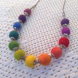 Különleges szivárvány nemez nyaklánc fém gyöngyökkel diszitve, Ékszer, Nyaklánc, Nemezelés, Puha nemezgolyókból készült szivárvány színű nyaklánc, a golyók egyenként fém firágágyba illesztve, ..., Meska
