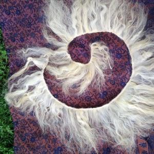 Felvarrt Natúr természetes babahaj. Göndör babahaj tincsek szőke szinekben. Kézzel festett natur gyapju - Meska.hu