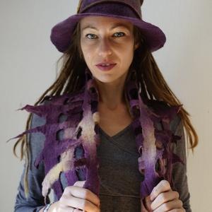 Nemez kalap - sál együttes. Gyönyörü lila barna szinátmenetes nemez kalap és áttört mintás batikolt sál. (napnemez) - Meska.hu