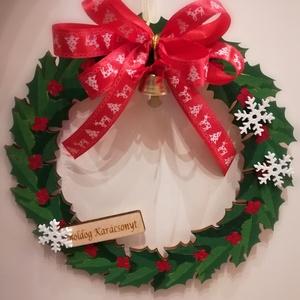 Karácsonyi ajtódísz, kopogtató zöld-piros, Otthon & Lakás, Karácsony & Mikulás, Karácsonyi kopogtató, Festett tárgyak, Virágkötés, Lézerrel vágott fa ajtódísz, kopogtató. Festett, szatén szalaggal és kis csengővel díszítve. Organza..., Meska