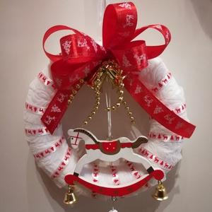 Karácsonyi hintalovas kopogtató, ajtódísz, Otthon & Lakás, Karácsony & Mikulás, Karácsonyi kopogtató, Virágkötés, Mindenmás, Hungarocell alapú, vetexszel bevont karácsonyi kopogtató. Fa hintalóval díszítve. Piros szatén szala..., Meska