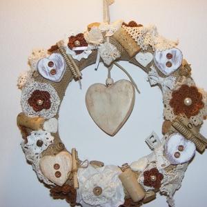 Romantikus vintage koszorú, ajtódísz, Otthon & Lakás, Dekoráció, Ajtódísz & Kopogtató, Festett tárgyak, Horgolás, Romantikus csipkés, gyöngyös, szívecskés ajtókoszorú.\n\nSzalmakoszorú az alapja, azt zsákvászonnal vo..., Meska